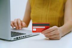 Betala med den online-kreditkorten royaltyfria bilder