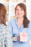 Betala med det contactless krediterings- eller debiteringkortet Royaltyfria Bilder