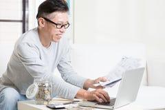 Betala räkningar den online-användande datoren Arkivfoton