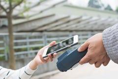Betala räkningen vid NFC Royaltyfri Fotografi