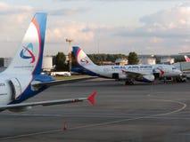 betalad parkering för flygplatsdomodedovo moscow Inre sikt av den internationella terminalen Arkivfoto