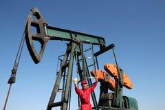 Betald jobb för olje- arbetarbrunn Arkivfoton