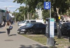 Betald parkering i mitten av staden av Vologda, Ryssland Fotografering för Bildbyråer