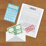 Betalda skatter och pengar i kuvert Arkivfoto