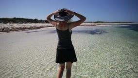 Betalende vrouw op het strand