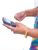 Betaling door creditcard die mobiele telefoon met behulp van. Stock Foto's
