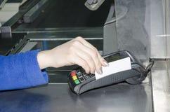 Betaling door de contant geldkaart Stock Foto