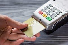 Betaling met creditcard door terminal op grijze achtergrond stock afbeelding