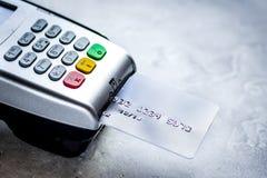 Betaling met creditcard door terminal op steenachtergrond stock foto