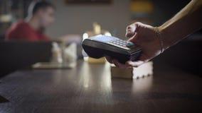 Betaling zonder contact bij de koffie stock footage