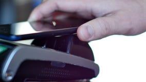 Betaling zonder contact met smartphone met NFC-technlogy stock footage