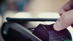 Betaling zonder contact met smartphone met NFC-technlogy stock video
