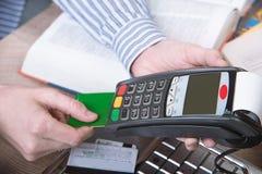 Betalingsterminal in het bureau Stock Foto's