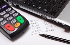 Betalingsterminal, laptop en financiële berekeningen Royalty-vrije Stock Afbeeldingen