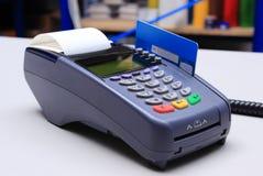 Betalingsterminal met creditcard op bureau in winkel Stock Afbeeldingen