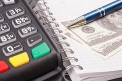 Betalingsterminal voor het cashless betalen in verschillende plaatsen, blocnote en muntendollar royalty-vrije stock afbeelding