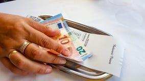 Betalning av kontanta euro för restaurangräkning Arkivbilder