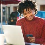 Betalning direktanslutet med kreditkorten Arkivbild