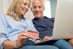 Betalning direktanslutet med kreditkorten Royaltyfri Fotografi