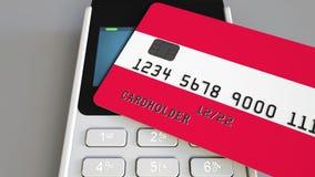 Betalning eller pos.-terminal med kreditkorten som presenterar flaggan av Österrike Kommers eller banksystem för österrikare åter Arkivbild
