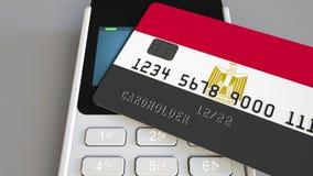 Betalning eller pos.-terminal med kreditkorten som presenterar flaggan av Egypten Kommers eller banksystem för egyptier begreppsm Royaltyfri Bild