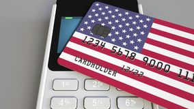 Betalning eller pos.-terminal med kreditkorten som presenterar flaggan av Förenta staterna Kommers eller banksystem för amerikan  Arkivfoton