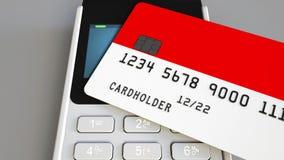 Betalning eller pos.-terminal med kreditkorten som presenterar flaggan av Indonesien Kommers eller banksystem för indones återför Arkivfoto