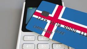 Betalning eller pos.-terminal med kreditkorten som presenterar flaggan av Island Kommers eller banksystem för isländska återförsä Royaltyfri Fotografi