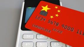 Betalning eller pos.-terminal med kreditkorten som presenterar flaggan av Kina Kommers eller banksystem för kines begreppsmässiga Royaltyfri Foto