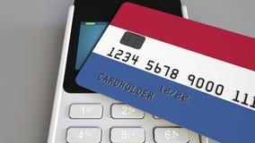 Betalning eller pos.-terminal med kreditkorten som presenterar flaggan av Nederländerna Kommers eller banksystem för holländare å Royaltyfri Bild