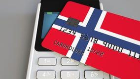 Betalning eller pos.-terminal med kreditkorten som presenterar flaggan av Norge Kommers eller banksystem för norrman återförsäljn Royaltyfri Foto