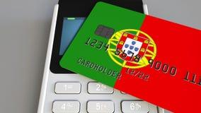 Betalning eller pos.-terminal med kreditkorten som presenterar flaggan av Portugal Kommers eller banksystem för portugis återförs Arkivbild