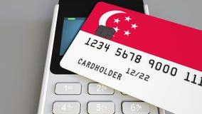 Betalning eller pos.-terminal med kreditkorten som presenterar flaggan av Singapore Singaporiansk återförsäljnings- kommers eller Royaltyfri Fotografi