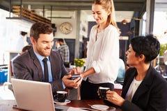 Betalning för affärsmandanandekreditkort i ett kafé arkivbilder