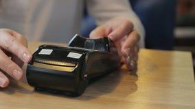 Betalning för en beställning i ett kafé vid en kontokort till och med terminalen arkivfilmer