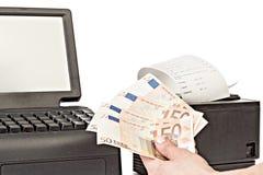 Betalning för köp i lagret vid kassa close upp Rackmount arkivbild