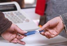betalning för kortkrediteringsögonblick Arkivbild