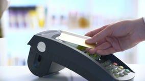 Betalning i en handel med nfcsystemet och det contactless kortet långsam rörelse arkivfilmer