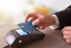 Betalning på en handel till och med mobil NFC-teknologi arkivfoto
