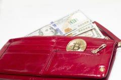 Betalning vid kontanta eller elektroniska pengar Dollar och Bitcoin arkivfoto