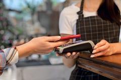 Betalningsystem i kafé Arkivbild