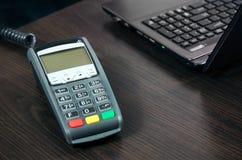 Betalningterminal i kontoret Arkivbilder