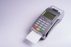 Betalningterminal med den vita etikettkreditkorten Royaltyfri Foto