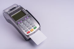 Betalningterminal med den vita etikettkreditkorten Fotografering för Bildbyråer