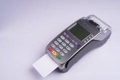 Betalningterminal med den vita etikettkreditkorten Royaltyfria Foton