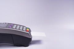 Betalningterminal med den vita etikettkreditkorten Arkivbild
