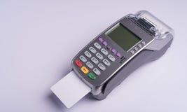 Betalningterminal med den vita etikettkreditkorten Arkivfoto