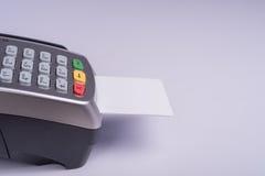 Betalningterminal med den vita etikettkreditkorten Arkivfoton