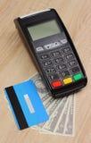 Betalningterminal med kreditkorten och pengar på skrivbordet, finansbegrepp Arkivbilder