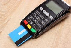 Betalningterminal med kreditkorten på skrivbordet, finansbegrepp Arkivfoton